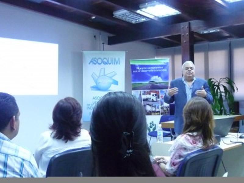 Licenciado Amado Fuguet dictó taller para el manejo de las comunicaciones internas en las empresas