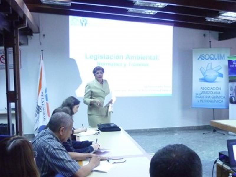 La Directora Ejecutiva de ASOQUIM dio la bienvenida a los asistentes al taller de Legislación Ambiental
